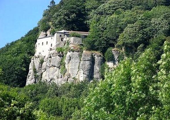 Sanctuaire de la Verna.  Mont Alverne où saint François reçut les stigmates le 17 septembre 1224.    135 km de l'Isola Maggiore.