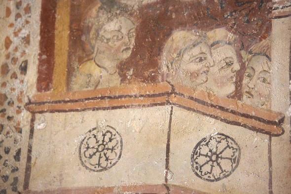 DETAIL : d'un balcon, des personnages assistent au supplice du saint : certainement Hérode.  Et peut-être Hérodias et sa fille Salomé?