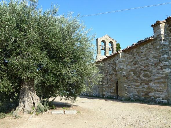 Chiesa di San Michele ArcangeloForme acquise au XIII° siècle.Au sommet de l'Isola Maggiore.Lac Trasimène.