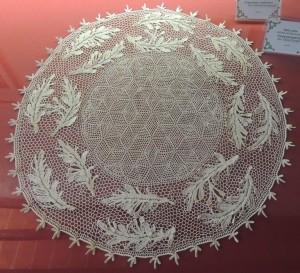 """Centre de table, """"a rete"""" (filet) et """"a fiori"""" (fleurs), propriétaire et réalisatrice, la signora Silvia Scarpocchi."""