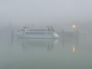 Le traghetto amarré au pontile de l'Isola Maggiore attend 9H30 pour se mettre en route vers Tuoro-Navaccia.