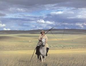 Cavalier mongol dans la steppe.