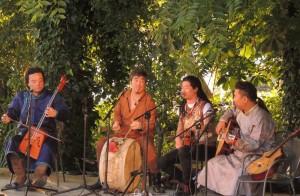 Vue partielle des musiciens mongols pendant leur prestation.