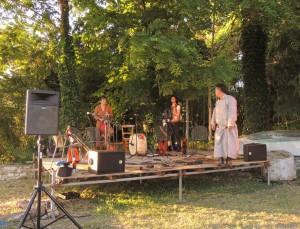 Le groupe s'installe dans le jardin de L'Oso et y bénéficie d'un décor naturel arboré.