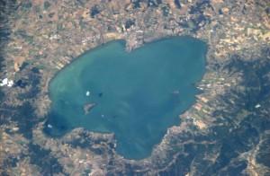 Photo du lac Trasimène prise le 5 juillet 2013, au départ de la Station spatiale internationale, par l'astronaute italien, Luca Parmitano.ute