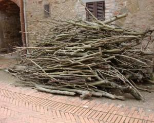 """Dans la via Guglielmi, une réserve de bois pour se chauffer """"à l'ancienne""""."""
