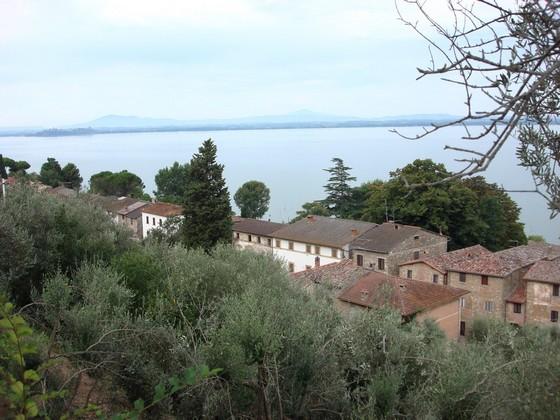 La via Guglielmi, unique rue de l'Isola Maggiore (Lac Trasimène).