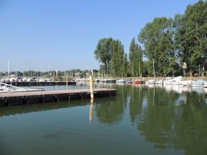 Les trois embarcadères (dont celui déjà en fonction), les postes à quai de l'autre berge.