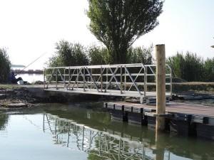 Passerelle donnant accès au dernier embarcadère (fond de la darse).