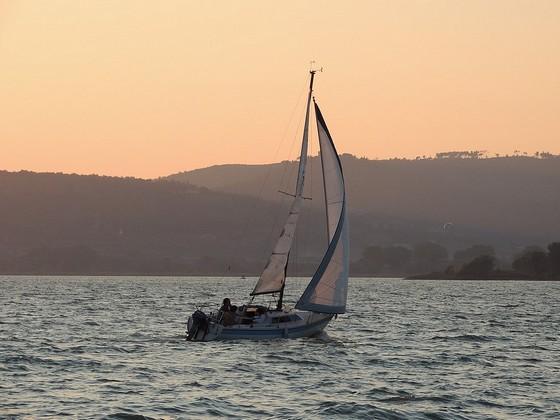 Una barca a vela del club al largo di Punta Navaccia.