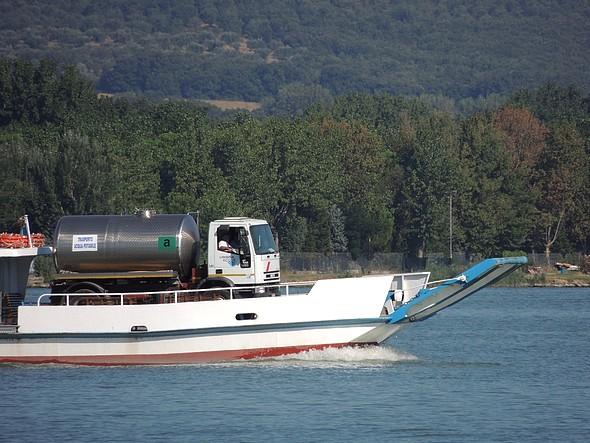 Il Grifone porta all'Isola Maggiore un autocisterna con 10.000 litri di acqua.