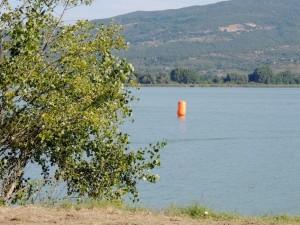 La bouée orange est en place entre l'Isola Maggiore et la rived u côté de Tuoro.