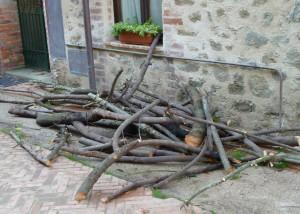 """Dans la via Guglielmi, une autre réserve de bois pour se chauffer """"à l'ancienne""""."""