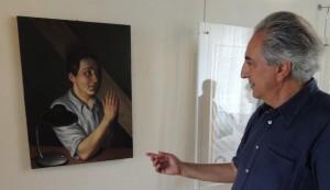 Stefano Di Stasio commente un de ses tableaux exposés à la Casa del Capitano del Popolo à l'Isola Maggiore   -   8/09/2013.