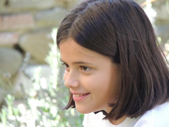 Ilaria Pozzuoli, dieci anni, parlando del suo libro nel giardino del ristorante L'Oso, Isola Maggiore   -   14/09/2013.