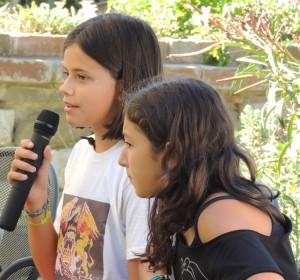 A sinistra, Ilaria Pozzuoli; a destra, una delle sue altrettanto giovani illustratrici.