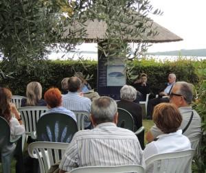 """Il pubblico nel giardino del """"Antico Orologio"""""""