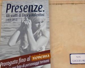 Sur la façade du Museo del Merletto, l'annonce de l'exposition photographique qui s'y déroule.