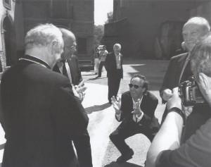 Roberto Benigni, attore e regista (1952) con monsignor Vincenzo Paglia, vescovo di Terni. - Papigno, 4 giugno 2005.
