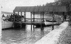 1890   -   Appontement privé au pied de la Villa Isabella Guglielmi   -   L'Umbria de la flotte du marquis y est apponté.