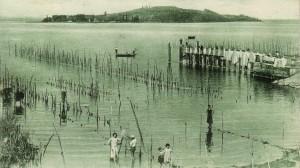 1936    -    Pontile de San Feliciano avec vue sur l'Isola Polvese.