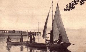 """1939   -   A l'arrière-plan, le pontile de Castiglione del Lago auquel est accosté un bateau de la """"Società Anonima Navigazione Trasimeno""""."""