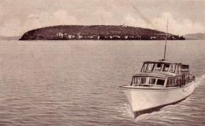 1951   -   Bateau à moteur de transport de passager   -   Rive sud-ouest de l'Isola Maggiore, avec les maisons de la via Guglielmi.