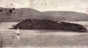 1955   -   Un voilier et l'Isola Minore avec son unique maison   -   Vue prise au départ de l'Isola Maggiore.