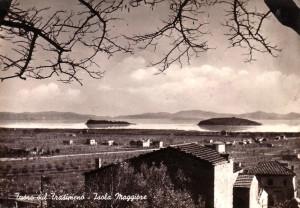 1958 - L'Isola Minore (à gauche) et l'Isola Maggiore (à droite) vues depuis la rive de Tuoro-sul-Trasimeno.