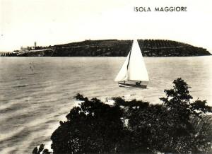 1958   -   Un voilier entre l'Isola Maggiore (au fond) et l'Isola Minore.