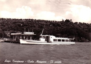 """1962  -  Démarrage du premier service régulier des """"traghetti"""" vers l'Isola Maggiore. -   Ici, le débarcadère à l'Isola Maggiore   -   Le traghetto """"Trasimeno"""" est toujours en service."""