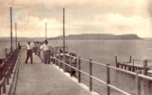 1962 - Pontile de Passignano sul Trasimeno, avec, au fond, l'Isola Minore et l'Isola Maggiore.