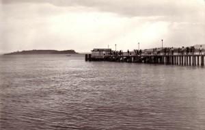 1963   -   Pontile de Passignano sul Trasimeno, avec, au fond, l'Isola Minore et l'Isola Maggiore.