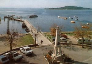 ANNEES 80 -   Le pontile de San Feliciano et, au fond, l'Isola Polvese.