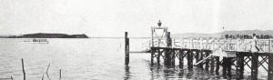 "Le ""Concordia"" naviguant entre les Isola Maggiore et Minore et le pontile de Passignano."