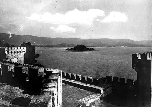 Vue sur l'Isola Minore depuis le toit enterrasse du château Guglielmi.