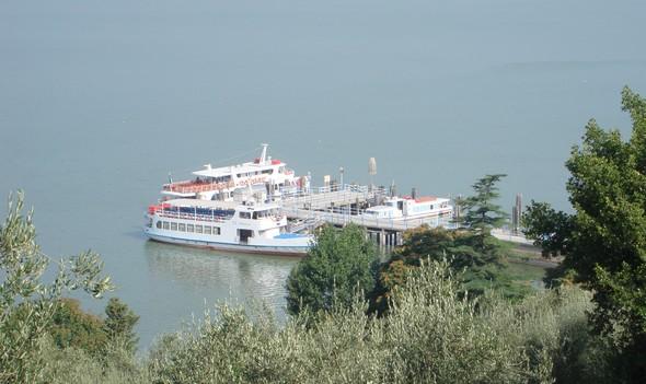 """L'appontement actuel des """"traghetti"""" à l'Isola Maggiore - En été, l'Isola est desservie par trois lignes (Passignano, Tuoro et Castiglione) !"""