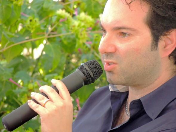 """Marcello SIMONI parlando del suo libro nel giardino del ristorante """"Da Sauro"""", Isola Maggiore, 22/09/2013."""