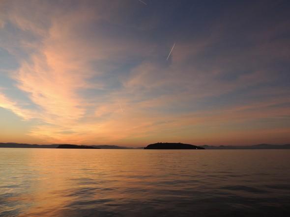 L'Isola Maggiore vue à l'aube depuis le débarcadère de Tuoro-Navaccia   -   18/10/2013,  07H30.