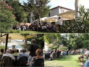 Il pubblico del café letterario nel giardino del ristorante L'OSO (ISOLA MAGGIORE).