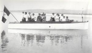 Les années 1910 - Motoscafo (canot à moteur) navigant le long de la rive de l'Isola Maggiore.