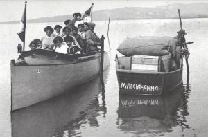 Les années 1910 - Autre vue d'un motoscafo (canot à moteur) navigant le long de la rive de l'Isola Maggiore.