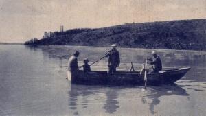 Non daté   -   Barque traditionnelle face à la rive nord-est de l'Isola Maggiore   -   Au fond, à gauche, le château Guglielmi.
