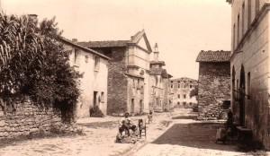 NON DATE   -   Via Guglielmi à l'Isola Maggiore : à droite le museo del Merletto, au fond à gauche l'église du Buon Gesù.