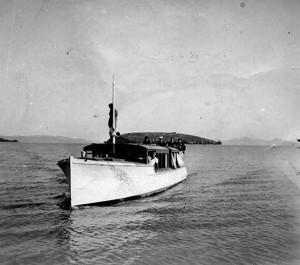 L'Oso, bateau à hélice du marquis Guglielmi   -   Il navigue ici sur le lac Trasimène en provenance de l'Isola Maggiore.
