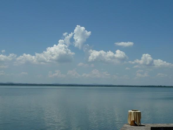 Vue sur le lac Trasimène depuis la terrasse du restaurant L'Oso de l'Isola Maggiore - 16 juin 2011,  11H15.