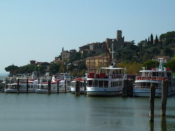 Quai des traghetti du lac Trasimène au petit port de Passignano sul Trasimeno   -   29/09/2011.