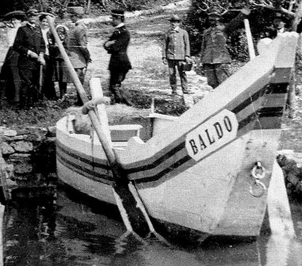 Barque traditionnelle amarrée à l'esplanade de San Francesco à l'Isola Maggiore.