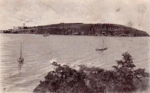 non daté   -   Le versant nord-est de l'Isola Maggiore, avec la Villa Isabella Guglielmi, est représneté ici au départ de l'Isola Minore  -  Barques avec voile à l'ancienne.