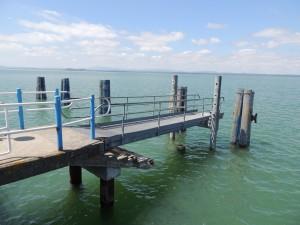 L'élévation du niveau du Trasimène est tel qu'à l'Isola Maggiore, on a pu redresser à l'horizontale la passerelle d'accès au traghetto   -   11 juin 2013.